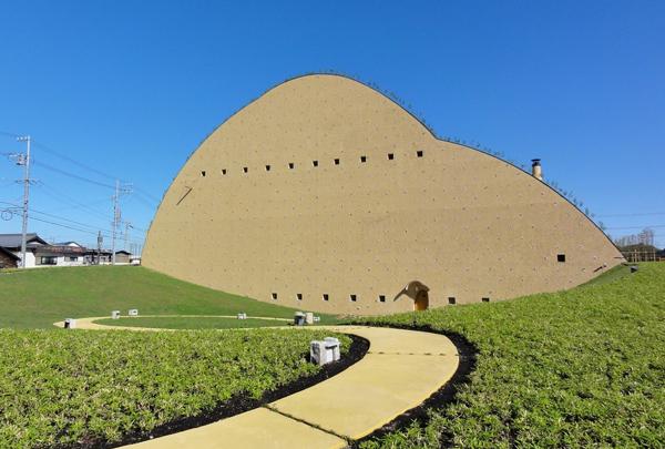 なんだか不思議な形をした土壁の建物。これは一体…!?